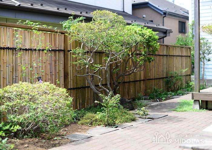 竹垣とは、竹で組んだり編んだりして作った垣根のこと。