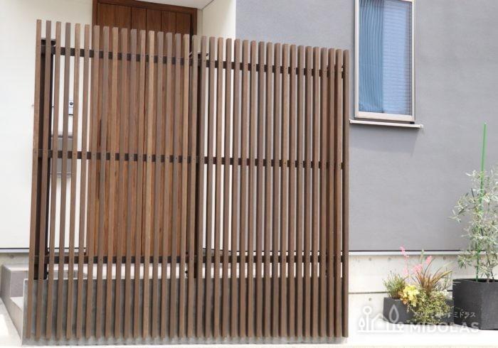 こちらの目隠しは、幅が細い角柱タイプの板を縦に組んでいる縦格子ルーバーのフェンス。