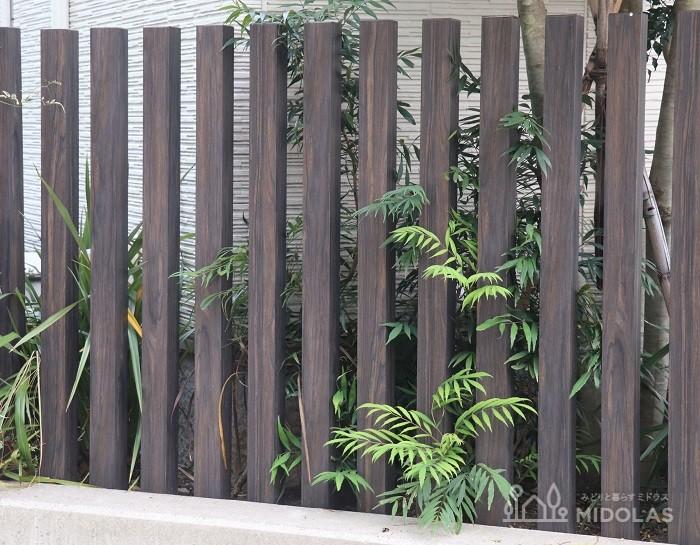 こちらは、玄関脇に天然木の枕木列柱を設置。