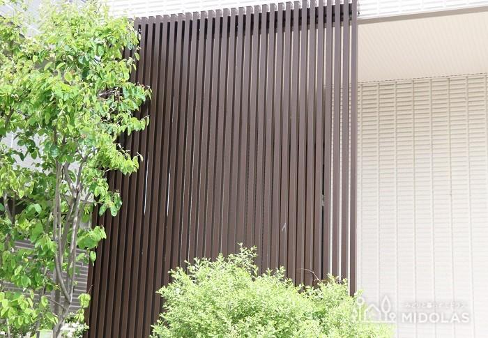また、玄関前に花壇を設置して植栽で目隠しすることもできます。