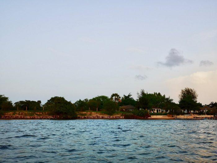 島に上陸すると間もなく日は沈み、美しい海上のショータイムは幕が下りた。