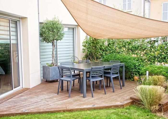 テラスとは一戸建てや専用庭があるマンションの1階の外で、地面より少しだけ高くなったスペースのことです。