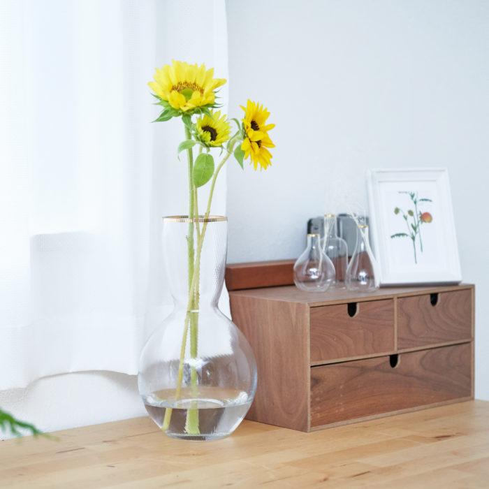 涼し気な雰囲気をまとったガラスの花瓶「ヘーゼルフラワーベース」。  表面には波打った模様が入っており、口の部分の金縁がポイントになっています。一見、華やかにも見える花瓶。花を生けると花丈のある夏の花の美しさを上品に引き出してくれておすすめ。