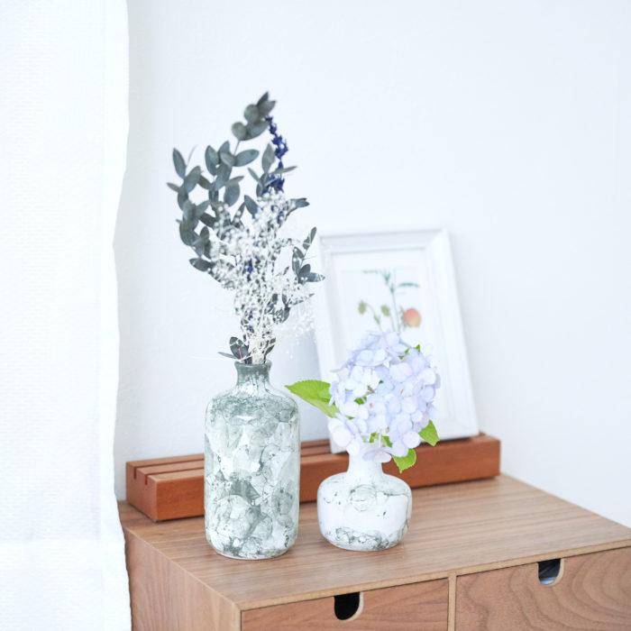 水彩のような淡い模様が爽やかさを演出してくれます。 大きさの異なるふたつの花瓶は同じ場所に一緒に飾るとインテリアとしてまとまり、おしゃれな空間に。涼し気なブルーとシックなグレーはお部屋の雰囲気やお好みに合わせてお選びいただけます。色鮮やかな生花はもちろんのこと、ドライフラワーもぴったりの花瓶です。