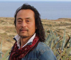 """「世界の感動を日本に。日本の感性を世界へ。」 まだ見ぬ植物との出逢いを求め、世界を奔走する金岡又右衛門。世界各国に拡がるネットワークと持ち前の行動力を駆使し、希少性の高い植物を求め、自らの足で直接現地に赴き目利きをし、日本に紹介している。植物と大地への尊厳の念を持ち、植物の""""生""""へのこだわりを第一とする活動スタイルは、国内外の専門家から高く評価され、業界からの信頼も厚く、植物貿易の第一人者と評価される。"""