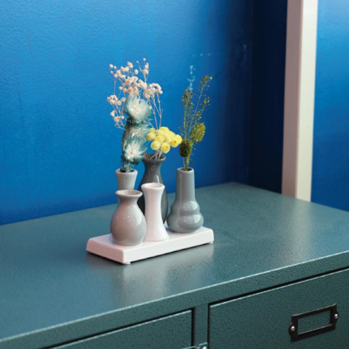 一つ一つ高さが異なっているのがこの花瓶のポイント。  飾った花も含めて、まるでひとつのオーナメントのようにお部屋を彩ってくれます。  摘んだ花をさっと活けたり、ブーケをばらして活けたり。もちろんドライフラワーを飾っても素敵。  カラーや形など、種類が豊富なのも嬉しいところ。お部屋に合わせて選んでみましょう。