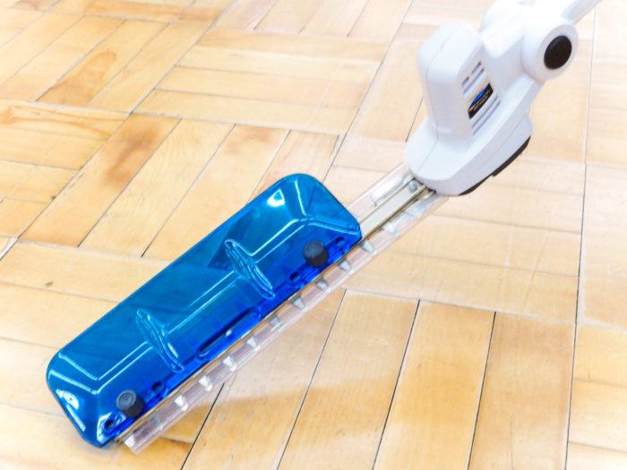 先端のプラスチック板で、刈り取った草を受けとめることができます。現在は最新商品(型番:GHT-144SLiB)にブラッシュアップしていました!