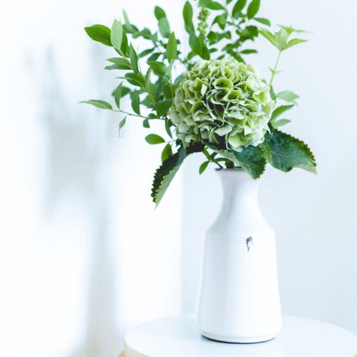 セラミック(陶磁器)が素材のアンティークなフラワーべーズです。  花瓶の縁やボディなど、ところどころ釉薬がかかっていない部分はこのフラワーベースの゙味であり、魅力のひとつでもあります。  しっかりとした重さで安定感も十分。寝室や食卓など水を入れた花瓶を置くことに少しだけ抵抗があるような場所でも安心して飾ることができます。  紫陽花など、花部分に重心がある枝物からドウダンツツジなどの大ぶりな枝物を活けるのにぴったり。