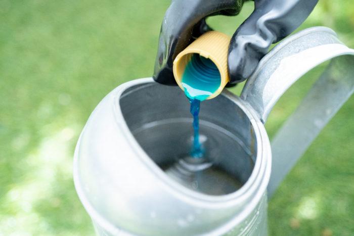 ジョウロで希釈する時は、水を入れた後から液肥を投入すると泡が立ちません。  花や野菜はもちろん、土もすっごく元気にするマイガーデン液体肥料。夏野菜の収穫シーズンを迎えた今、肥料でもう一押し栄養を与えつつ、同時に水切れしにくい(※)土に変えてくれます。画期的な次世代肥料を、夏のガーデニングに取り入れてみませんか?