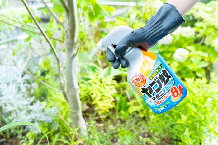 「ヤブ蚊・マダニスプレー」なら、庭作業の前に草むらや庭木周り、地面などにスプレーするだけで効きめが広がり、なんと約8時間(※)もの間ヤブ蚊を寄せつけません!