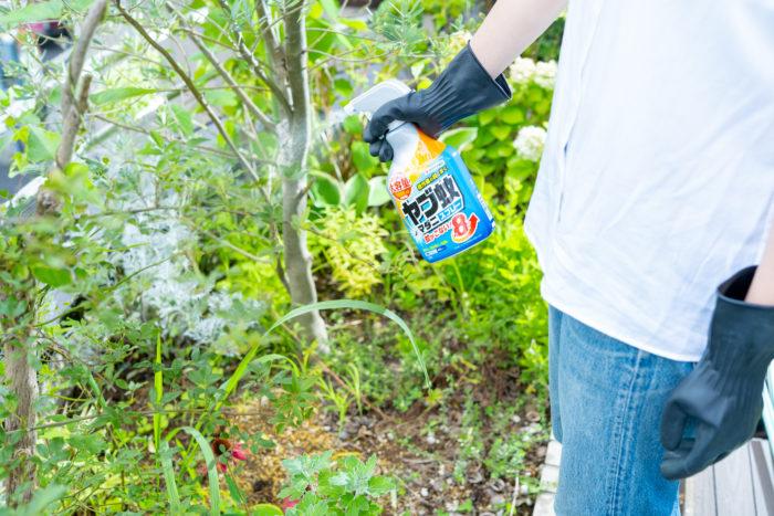 庭の地面やヤブ蚊の多い茂みに立ったままスプレーできるので、腰をかがめる必要がなくラクに使えます。