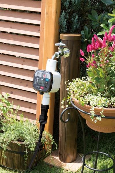 使用イメージはこんな感じ。花壇や家庭菜園などに最適なホースなどのアイテムもセットになっていて、自分で簡単に取り付け手自動水やりを始めるることができます。乾電池式なので屋外でコンセントがなくても使用できるので便利です。