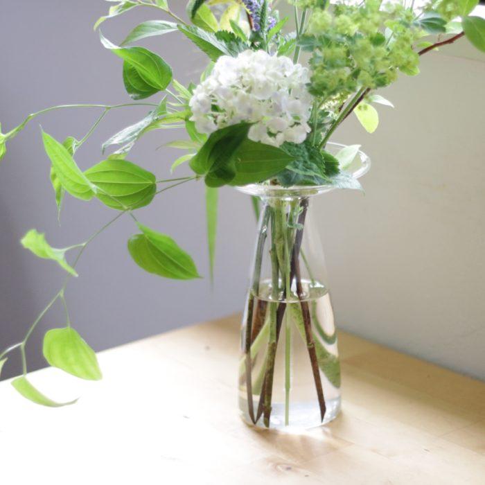 """゙""""カサ""""のように広がった口とキュッとすぼまった首。名前も見た目もユニークなこの花瓶はどんな花もバランスよく仕上がります。  紫陽花のように花部分に重みがあり活けるときにバランスをとりにくい花には特におすすめ◎  S,M,Lの3種類のサイズからお選びいただけます。"""