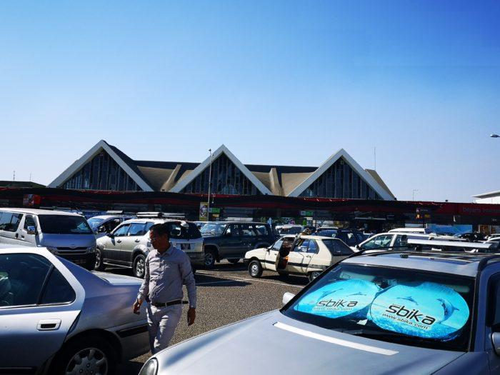飛行機で向かうには、当たり前だが空港にまでいかなければならない。市内のホテルからであれば時間帯にもよるが30分から1時間で到着する。しかし空港には約3時間前に到着したほうが好ましいとのことでボーディングタイムの4時間前にホテルをチェックアウトする。  なぜ国内線であるのに3時間前に行く方が良いのかというとマダガスカルの国内線は極めて不安定であるからである。そのため、まずは空港に行って欠航でないかどうかのチェックが必要である。現在では少し便利になってPCなどでも確認はできるようだが100%信用できるかどうかはかなり微妙である。  次に座席の確保である。日本や多くの国では予約しているから大丈夫という認識は通用しないこともある。多くダブルブッキングをさせているようで、早く行って座席を確保しなければ、予約していても、勝手にキャンセルされてしまうこともあるようで、いわば早い者勝ちみたいなところもある。  無事ボーディングパスを受け取ればまずは一安心だが、飛行機のスケジュールは不安定である。また、セキュリティーチェックは結構厳しい。  まずは体温チェック。昨今のCOVID-19に関係なく以前から行われている。続いて持ち物チェック。ナイフ類、ドリンク類やスプレー缶がダメなのは世界共通。パソコンも見せるだけではなく開いてチェックをしている。少し珍しい禁止品もある。ガラスや陶器製品だ。恐らく割って凶器になるからだろう。ご当地バオバブの小さな置物もNG。鈍器になるからであろう。そしてガムテープ、紐、メジャーもNG。これはきっと手を縛ったりするからであろう。ただそこまで言い始めたら何でも凶器になるような気もする。とりあえず又右衛門自身が凶器と思われなかったことに安堵し次へ進む。  そしてボディーチェック。眼鏡も外し、バンダナも外して検査。ポケットの中のティッシュもNG。そして結構きわどいところまでのボディータッチ。その後の女性の検査官同士のひそひそ会話が少し気になった。笑みを浮かべながら見送られた光景が妙に目に焼き付いている(^_^;)