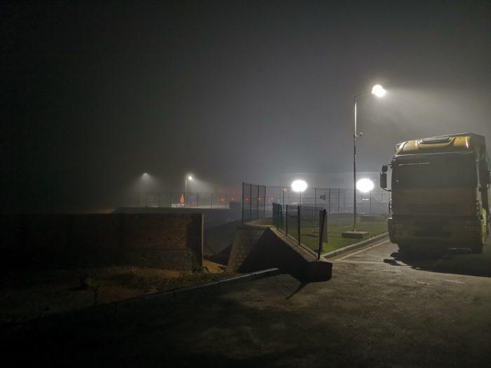 早朝4時、ホテルを出発。辺りは霧がかかっている。なぜこのように早い時間に出発するかというと渋滞なく市内をでて、夕方のショータイムまでにムルンダバに到着がしたいからである。  深い霧の中を結構速いスピードで現地をめざす。トラックなどを追い抜きながらの山道運転はジェットコースターにのったような気さえする。結構怖い。