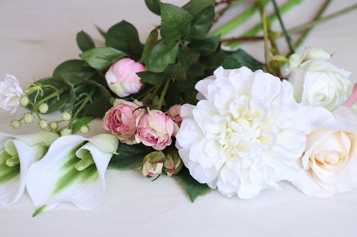 アーティフィシャルフラワー(造花)の魅力は何といっても本物の植物そっくりな美しさです。猛暑や寒い冬に植物のお世話をするのが厳しいと感じる季節でも、アーティフィシャルフラワー(造花)は変わらず美しい状態。一年中植物のフレッシュさを感じることができます。