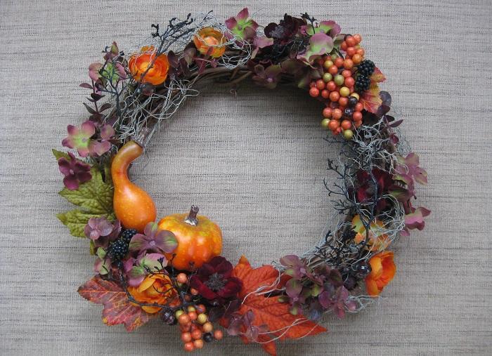 秋といえば紅葉した秋色のリーフ類。チョコレートコスモス、秋色アジサイ、カボチャや秋色の実もの、ブラックベリーや黒いリーフ、クモの巣をイメージしたラメ紐も取り入れて、大人っぽいハロウィンの雰囲気を出しています。