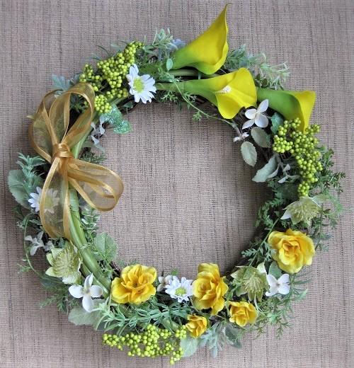 このリースは、梅雨のしっとりした季節に咲くカラーをメインに、小花と実、ミントなどのリーフを使って作っています。