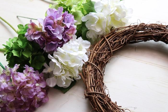リース台と、アーティフィシャルフラワー(造花)を用意します。リース台は、写真のようなタイプの他に、もともとリース台に葉だけ装飾されているタイプのものがあります。