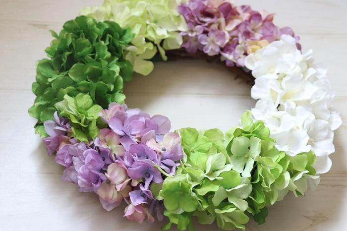 梅雨といえばあじさい。あじさいのアーティフィシャルフラワー(造花)は色も質感も豊富なので、使う花材によって出来上がりの雰囲気が全く変わります。