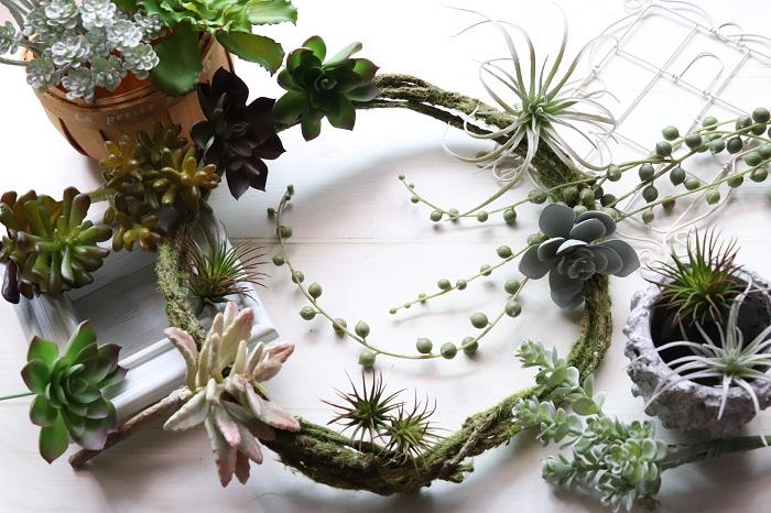 今回は、教室で先生や生徒さんと一緒に作ってきたアーティフィシャルフラワー(造花)のリースのデザインを紹介しました。季節ごとにデザインをピックアップしましたが、もちろんオールシーズン飾っていても違和感のないデザインを作って飾ることもできます。アーティフィシャルフラワー(造花)は種類が豊富で本物そっくりなので、使う場所やタイミングでとても重宝します。水やりなどの手間もかからないのでインテリア感覚で植物を取り入れたいときにもとてもおすすめです。ぜひ、お楽しみください。