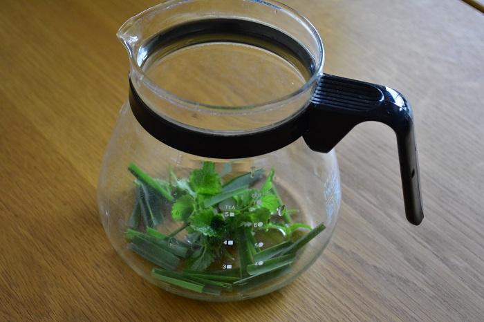 1.ティーポットにブレンドするハーブを入れます。レモングラスは葉が長いので、細かくカットしましょう。