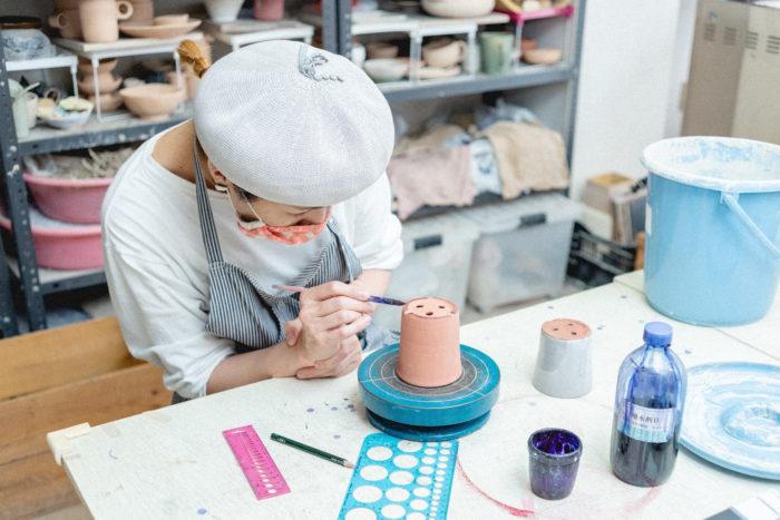 まずは釉薬を塗りたくない場所(鉢の底と内側)に撥水剤を塗ります。