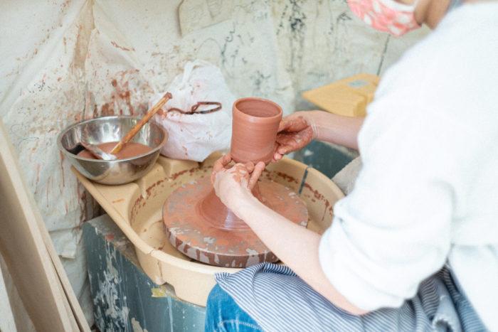 成形が終わったら、切り離して鉢底穴や排水穴を作って乾燥させます。