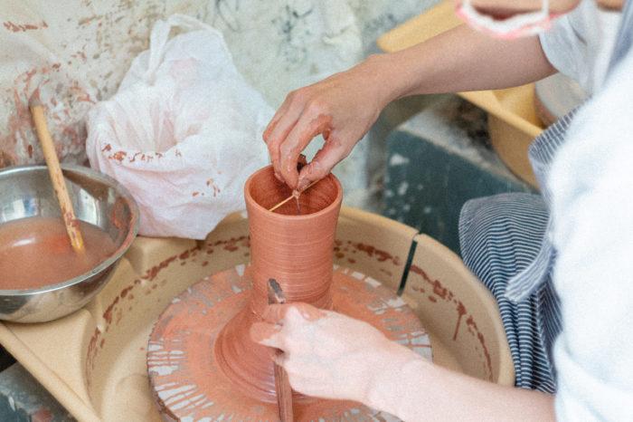 """鉢の深さや口径を調整するのにつかわれるのが """"トンボ"""" という道具。"""