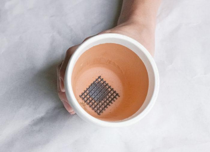 1.土が流れ出ないうように、穴に鉢底ネットをセットします。