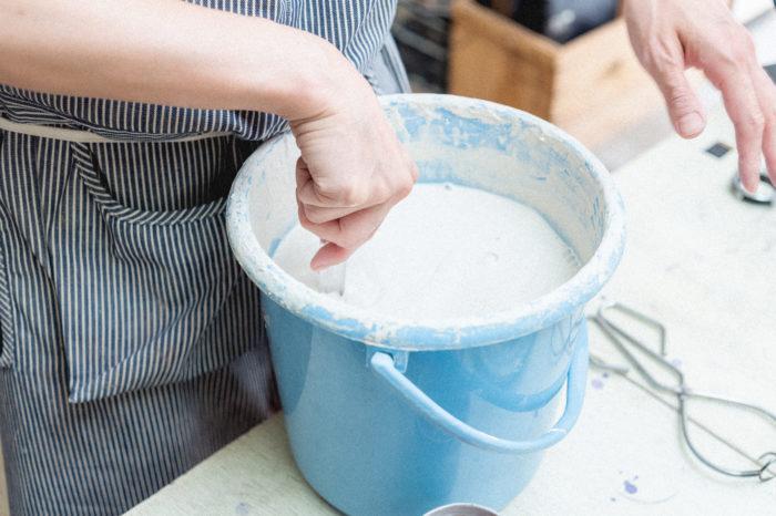 撥水剤を塗り終わったら、釉薬の中にドボンとつけます! 釉薬には装飾だけでなく、防水性や強度を高める役割があります。