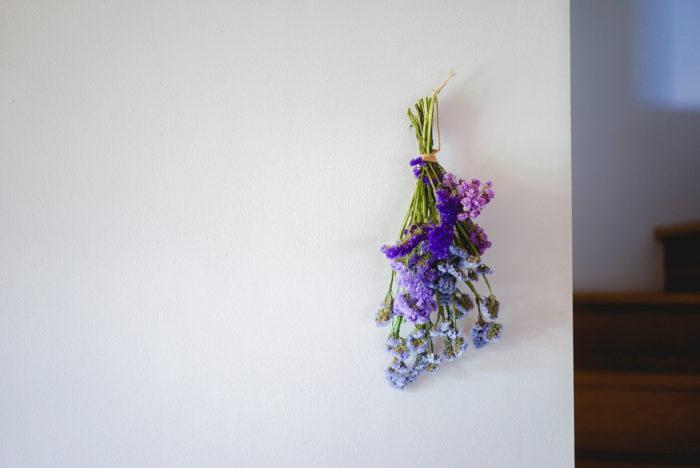 そして、スターチス。カサカサとした手触りが特徴的なお花です。色が綺麗に残ってドライフラワーになるので、水に活けた後にも、ドライフラワーとして長く楽しめます。