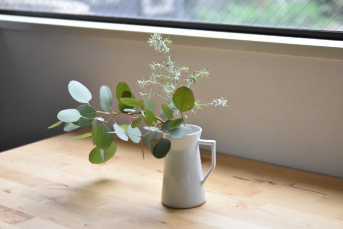 一方こちらは花瓶に飾っている様子。migiwaフラワーベースは花だけでなく、グリーンも飾りやすい花瓶です。花瓶の底が広く持ち手もついており、デザイン性だけでなく安定感も抜群です。シンプルなので飾った花植物を引き立ててくれます。