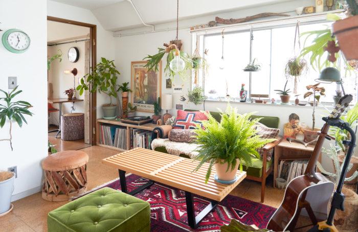 ソファーやローテーブル、シェルフなどの高さを統一させてすっきりとした印象に。