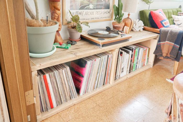 この部屋に引っ越したタイミングで作ったシェルフ。カットオーダーした杉古材をビス留めしただけの簡単設計。杉古材のアンティークな材質が部屋の雰囲気にベストマッチ。