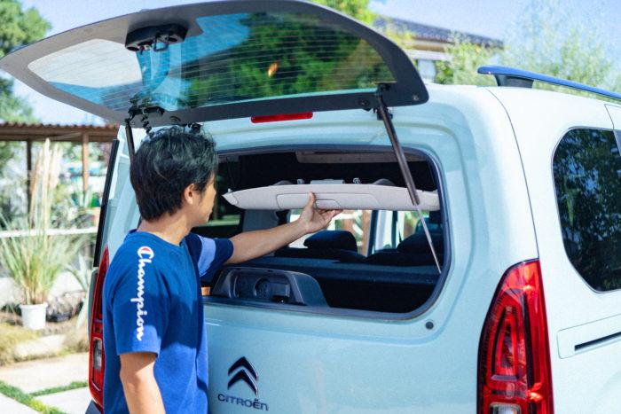 「バックドアを開けなくても、後ろの窓を開けるだけで車内にアクセスできるのもよく考えられていると思います。狭い駐車場でバックドアを開けられないときや、ちょっと荷物を取りたい時にとても便利」