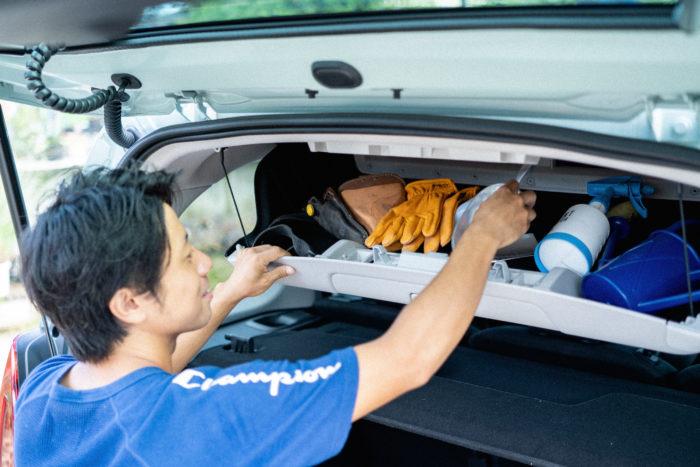 「収納スペースがとにかく豊富ですよね。このラゲッジスペースの上部にある収納ボックスもとても便利。仕事で使う細々とした道具って散らばりやすいので、ここにひとまとめにしておきたいです。車内からでも反対側を開けてボックスの中身を取り出せるなど細かな工夫がすごいですよね」