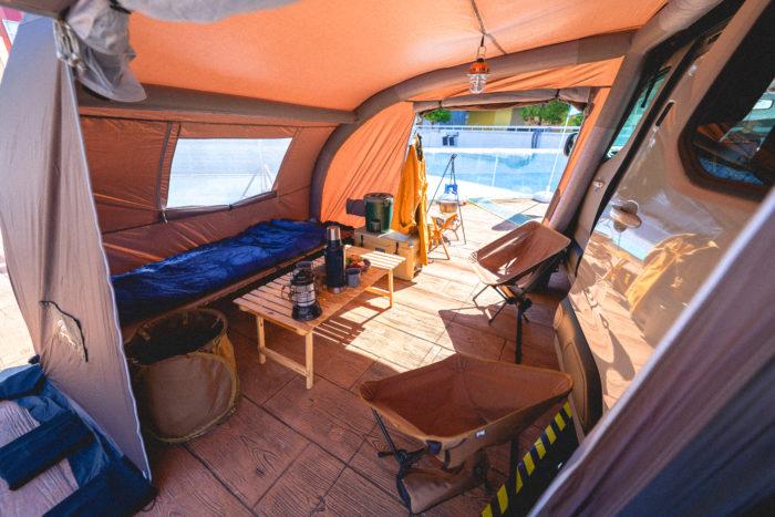 キャンプスタイルのベルランゴは、専用設計の純正用品サイドタープをメインとした提案。タープエリアでは食事や談話を楽しむことができ、車内はシートをアレンジして寝室にすることも可能。