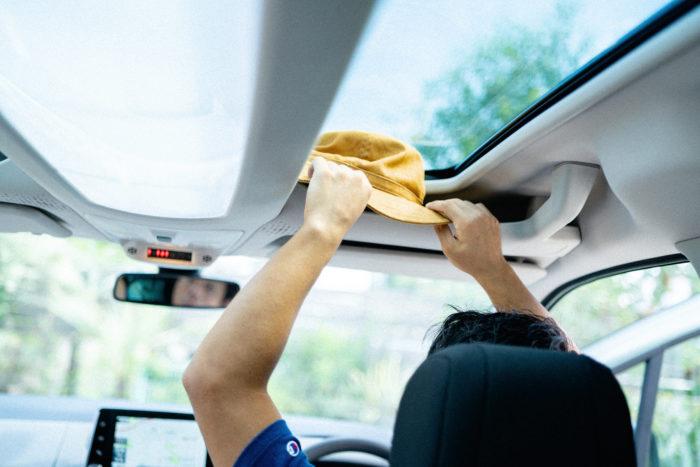 「車内にこれだけ収納スペースがある車ってなかなかないですよね。頭上の収納スペースは仕事で使う帽子とかを置くのにちょうど良さそう」