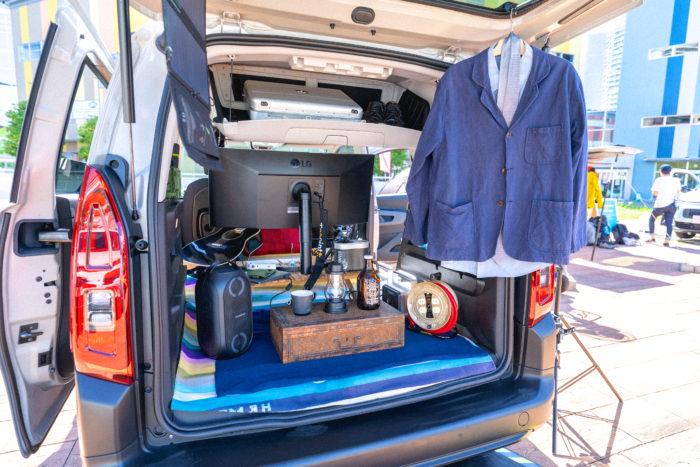 こちらはリモートワークスタイル。テーブルや充電器を置けば、クルマだって仕事場に! ベルランゴは新しい生活様式を探す私たちの相棒になります。