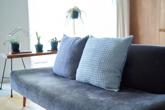 淡いブルーとワッフルの生地からは柔らかな雰囲気を演出してくれます。布張り、革張り、ソファーの素材を選ばずに暮らしに取り入れることができます。家族団らんのリビングのソファーに置いて、より心地よい空間にしてみませんか。