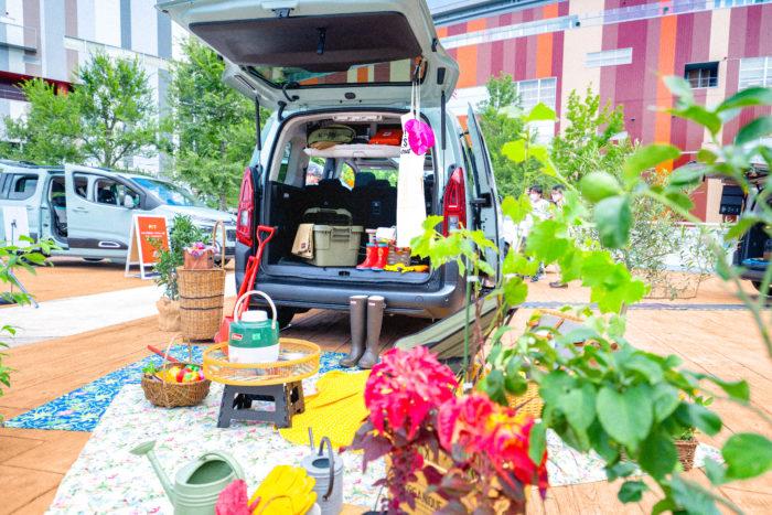 LOVEGREENでは「週末ファーマー」をコンセプトに、週末にベルランゴに乗って、レンタル農園で家庭菜園を楽しむファミリーをイメージした展示を行いました。 装飾をお願いしたのは、フローリストの秋貞美際さん。たっぷりの植物と女性らしい色使いで、楽しく華やかにベルランゴを彩っていただきました!