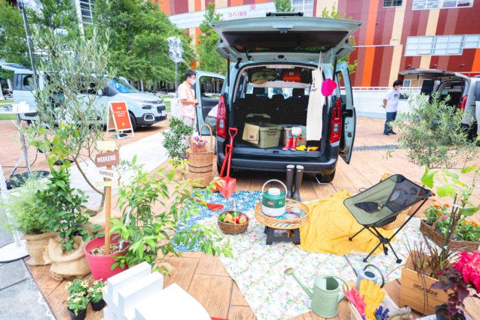 家族5人がゆったりと快適に過ごせる広い居住性と、多彩なシートアレンジ、最大容量2,126リッターの容量を誇る広大なラゲッジスペースをもつベルランゴなら、クワやシャベル、土や肥料といった大型の道具はもちろん、ピクニックの道具や、場合によっては小型の家庭用耕運機だって余裕で積むことができます。