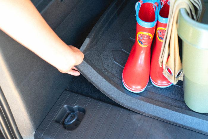 土のついた長靴や、収穫した野菜など、車内を汚しがちな荷物が多いのも菜園やガーデニングを楽しむ人の悩み。ベルランゴでは、各座席とラゲッジスペースに全天候型の専用ラバーフロアマットを敷くことで、土で汚れてもシートを取り出してさっと払うだけで、すぐに清潔な車内を取り戻すことが可能です。