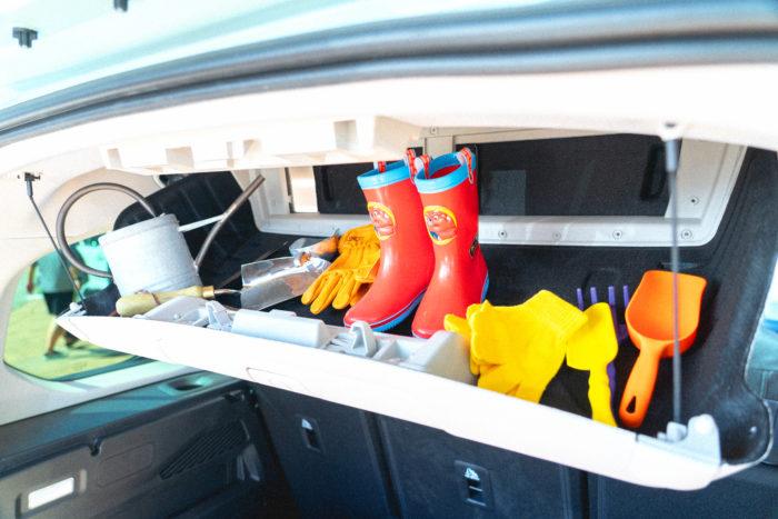 ラゲッジスペースの頭上には容量60リッター、耐荷重10kgのシーリングボックスが備えられているので、畑で使う手袋やエプロン、スコップなどかさばりがちな小道具類をまとめて収納するのにも大活躍!