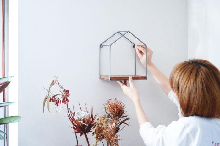 ウッドフローシェルフは、おうちの形をした小さな収納シェルフ。棚や卓上などに置いて飾ることはもちろん、壁に掛けて飾ることもできます。どんなテイストの雑貨とも相性抜群。さらに植物を組み合わせると、お部屋の一角があっというまに素敵なコーナーに。植物をいくつかお部屋に置くときも、ウッドフローシェルフに置くだけで程よいまとまりがでます。