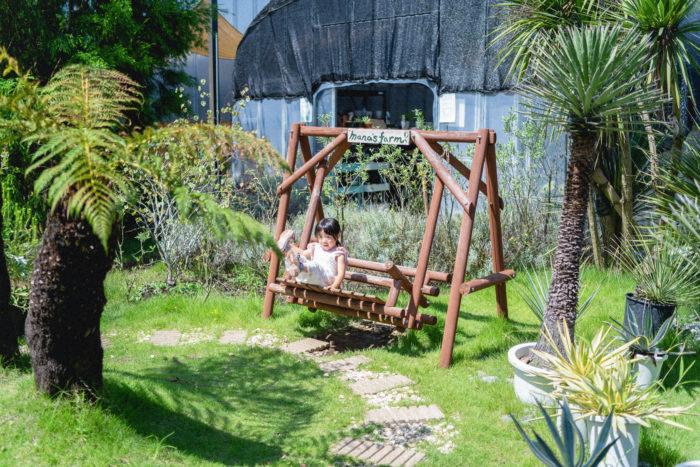 お子さんが遊べるブランコもあったりと、ファミリーでふらりと遊びに寄ったついでに、気軽にお庭の相談ができるフランクな雰囲気です。