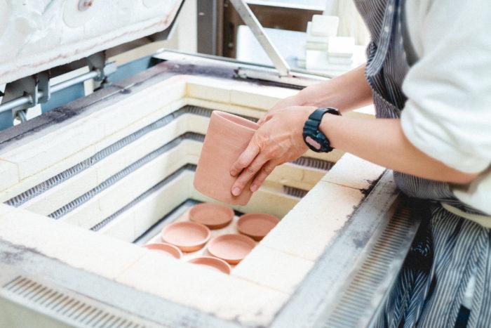 乾燥させただけだと水をかけたときに崩れてしまうので、窯に入れてじっくりと焼き上げていきます。さらに素焼きには釉薬を染みこませやすくするという役割も。