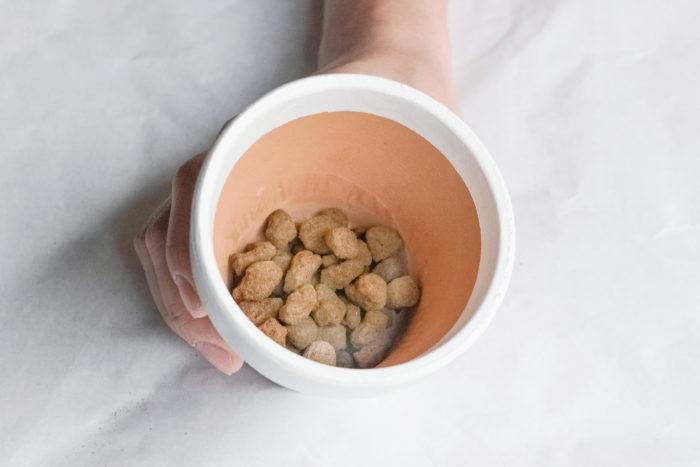 2.赤玉土を鉢底ネットが隠れるくらい入れます。赤玉土は細かい土が底穴から流れ出ることを防ぐとともに、排水を良くする役目をします。