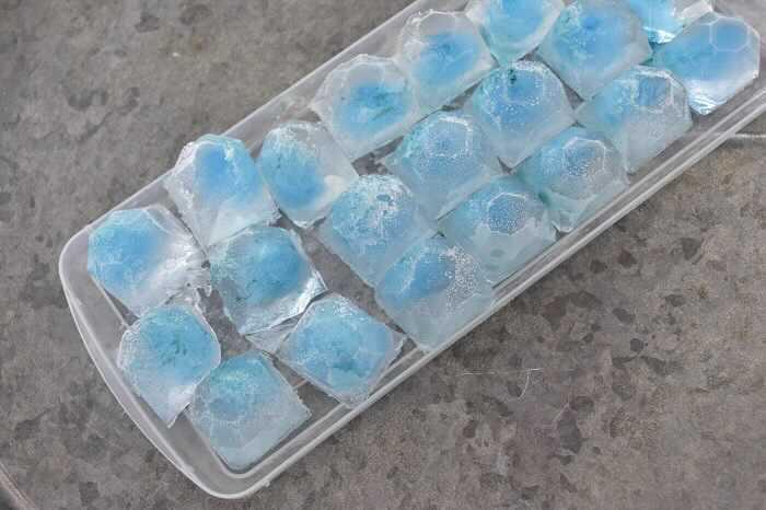 バタフライピーティーを製氷皿に入れて冷凍庫に入れるだけ!こんなにきれいなアイスキューブが出来ますよ。